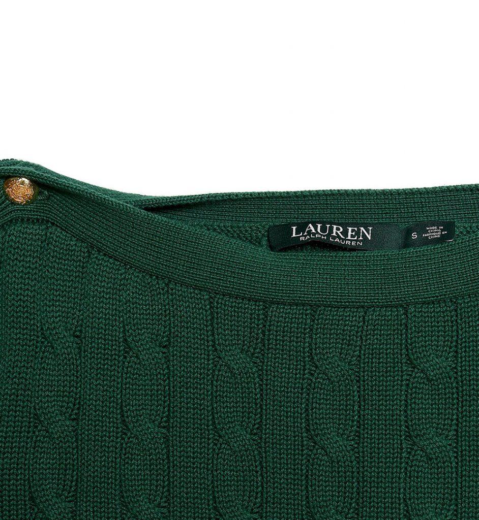 Emblematicul pulover Ralph Lauren cu modelul cu torsade si decolteu in forma de barcuta, este un must pentru garderoba oricarei fashioniste.