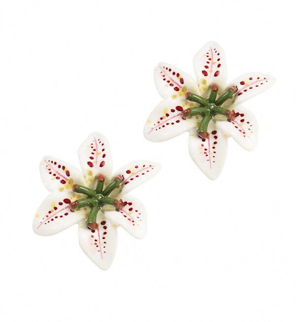 Cercei albi in forma de floare